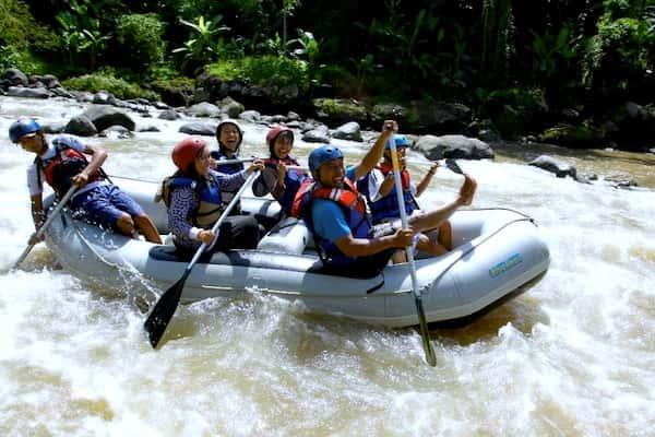 arung jeram di sungai elo, cocok untuk liburan kantor seru yang memacu adrenalin